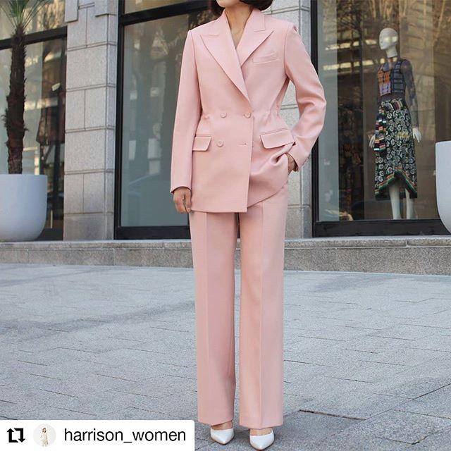 Always lovely to see beautiful finished garments! #Repost @harrison_women • • • • • • 해리슨테일러 청담본점  2020 S/S Collection Hainsworth Pink Suit ⠀ 해리슨우먼 2020 #여자맞춤정장 컬렉션. ⠀ 첫 번째로 소개해드릴 제품은 세계에서 가장 높이 평가되는 모직 브랜드 영국 '헤인즈워스 Heinsworth'社의 산뜻한 핑크 원단으로 제작 된 수트입니다. ⠀ 해리슨우먼에서 자체개발한 제품으로 더블 브레스티드 자켓에 허리 스트링, 그리고 와이드 팬츠로 클래식하면서도 트렌디한 매력을 느끼실 수 있습니다. ⠀ 봄과 가장 잘 어울리는 컬러 핑크. 가장 고급스러운 핑크 #맞춤수트 를 해리슨우먼에서 만나보세요 :) ⠀ ⠀ 문의ㅣ02.515.0840 카톡ㅣ@해리슨테일러 ⠀ ⠀ ⠀ ⠀ ⠀ #여자정장 #여성수트 #여성맞춤맞춤정장 #핑크수트 #여자예복 #여성맞춤 #여성정장세트 #여자수트세트 #강남맞춤정장 #womensuit ⠀